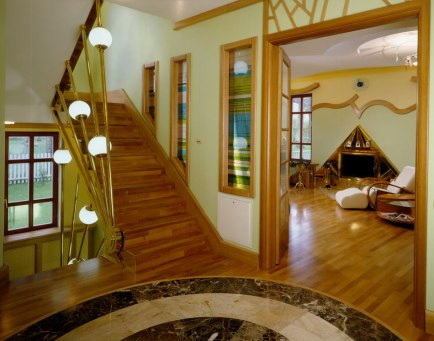 дизайнерская лестница со светильниками, авторский камин