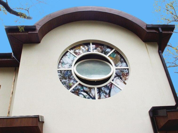Круглое окно с витражом