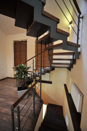 Дизайн интерьера коттеджа в стиле минимализма. Лестница на второй этаж