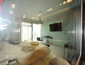 Дизайн интерьера квартиры в стиле хай-тек. Окно ванной комнаты