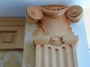 Деревянная капитель и деревянный карниз